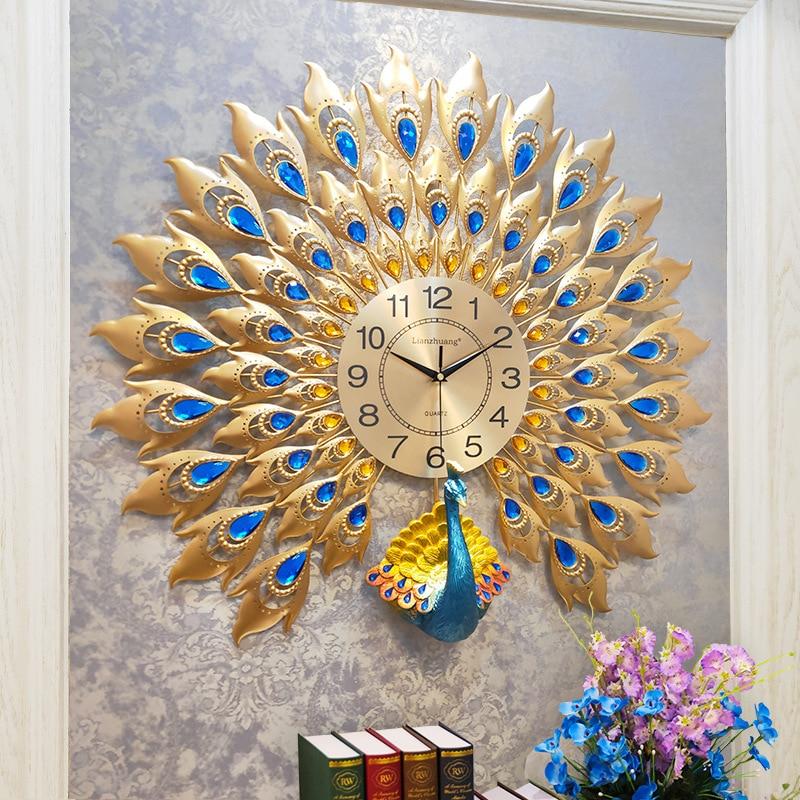 Cách treo đồng hồ con công siêu đẹp cho phòng khách