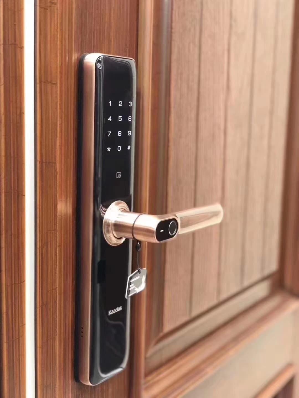 Nếu trời mưa mà tay bị ướt thì có mở được khóa cửa vân tay không?
