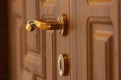 Tai hại khó ngờ khi sử dụng khóa cửa tay gạt kém chất lượng